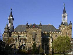 250px-Aachen_rathaus_entzerrt